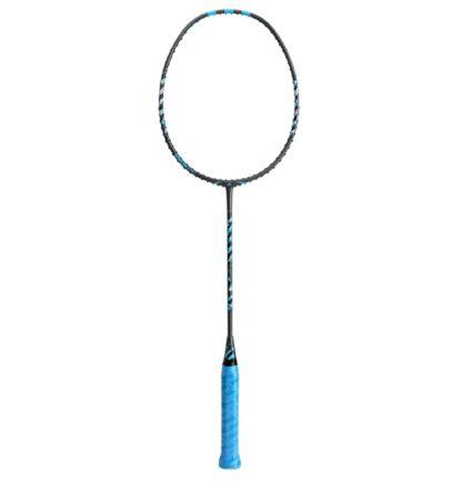 Badminton-ketcher. Sort med blå og grå stafferinger. Blåt håndtag.